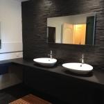 salle de bains noire réalisee par eyrard plomberie chauffage ardennes